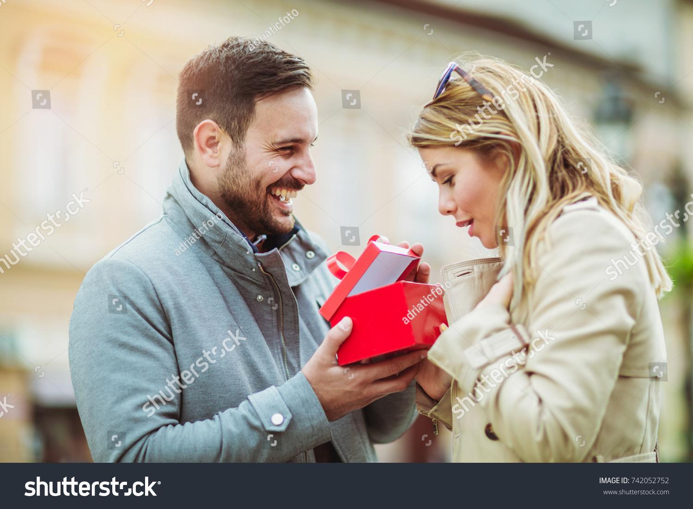 彼女にプレゼントを渡す外国人男性